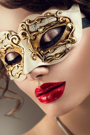 Beauty-Modell Frau mit venetianischer Kostümkarnevalsschablone auf Party Standard-Bild - 48215708