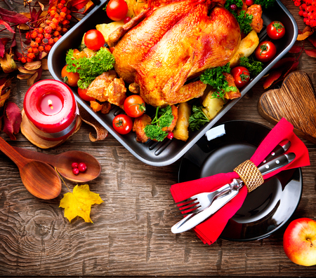 comida: Mesa de jantar de Ação de Graças servido com peru, decorado com folhas de outono brilhantes