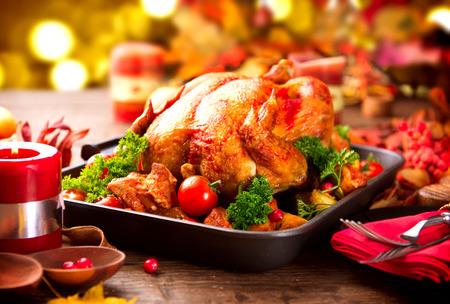 Weihnachtsessen. Gebratener Truthahn garniert mit Kartoffeln, Gemüse und Preiselbeeren Standard-Bild - 48318537