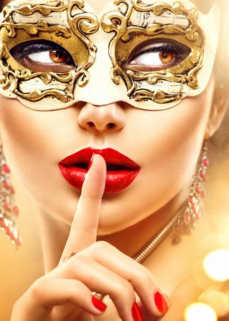 Krása žena model na sobě maškaráda benátského karnevalu masky na večírku Reklamní fotografie