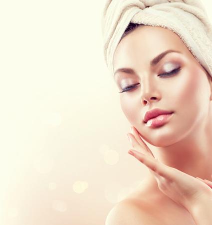 bañarse: Mujer del balneario. Bella joven después del baño tocar su cara