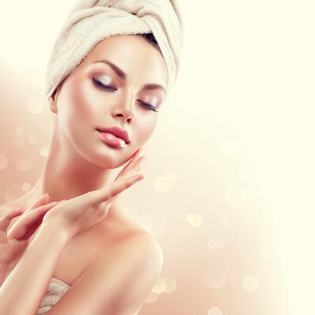 caras: Mujer del balneario. Bella joven después del baño tocar su cara