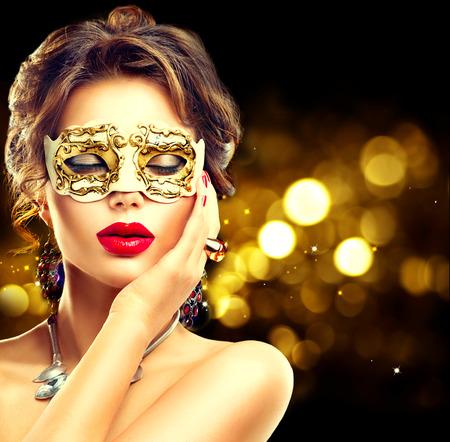 morena: Modelo de la belleza mujer que llevaba máscara veneciana del carnaval de la mascarada en la fiesta