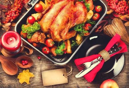 verduras: Mesa de la cena de Acción de Gracias servido con pavo, decorado con hojas de otoño brillantes Foto de archivo