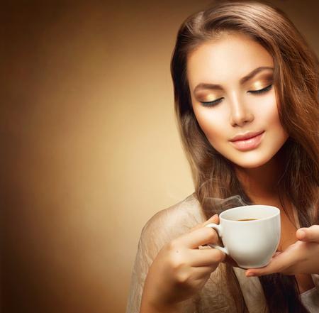 epoca: Mujer joven hermosa con la taza de café caliente