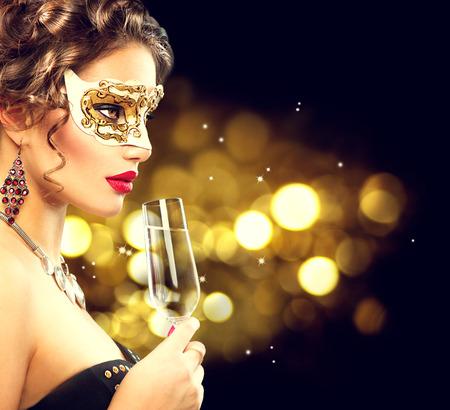 베네 치안 무도회 마스크를 착용하는 샴페인의 유리 섹시 모델 여자