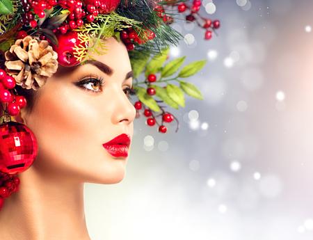 red lips: Mujer modelo de moda de Navidad. El peinado y el maquillaje de vacaciones
