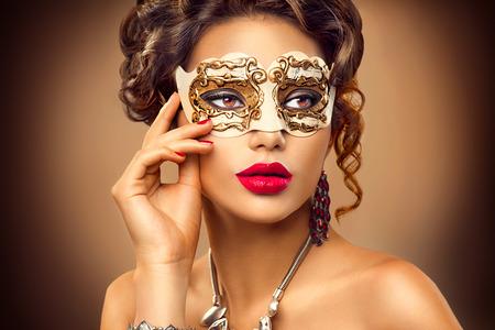 labios rojos: Modelo de la belleza mujer que llevaba m�scara veneciana del carnaval de la mascarada en la fiesta