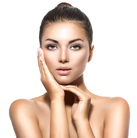 visage: Beauty portrait. Belle femme brune spa de toucher son visage