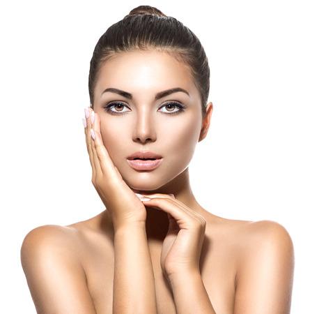 vejez feliz: Retrato de la belleza. Hermosa mujer morena de spa tocar su cara