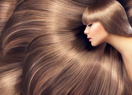 junge nackte m�dchen: Sch�nes Haar. Beauty Frau mit gl�nzenden langen Haaren als Hintergrund Lizenzfreie Bilder