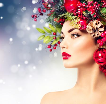 l�piz labial: Mujer modelo de moda de Navidad. El peinado y el maquillaje de vacaciones