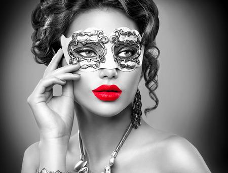 carnival: Modelo de la belleza mujer que llevaba máscara veneciana del carnaval de la mascarada en la fiesta