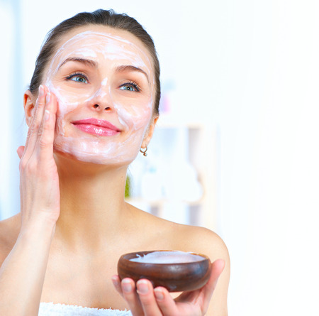 yogurt: Mujer hermosa que aplica la máscara facial naturales
