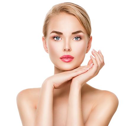 tratamiento facial: Retrato de mujer joven de spa de belleza aislado en blanco