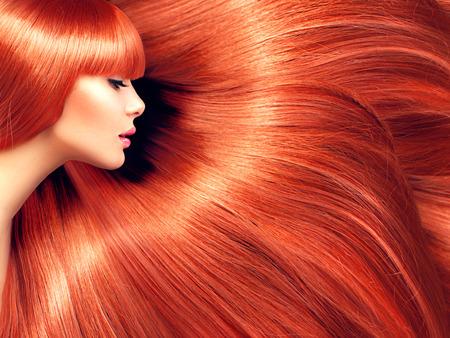 tinte de cabello: Cabello hermoso. Mujer de la belleza con el pelo largo de color rojo como fondo Foto de archivo