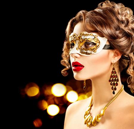 Schoonheid model vrouw, gekleed in Venetiaanse carnaval masker op feestje Stockfoto - 49295326