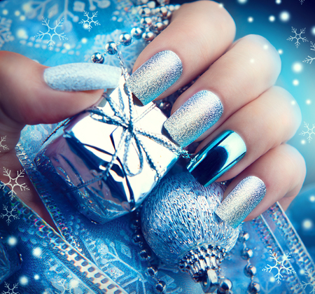 아름다움: 크리스마스 네일 아트 매니큐어. 겨울 휴가 스타일 밝은 매니큐어 디자인
