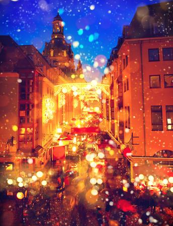 nacht: Traditioneller Weihnachtsmarkt in einem alten europäischen Stadt Lizenzfreie Bilder