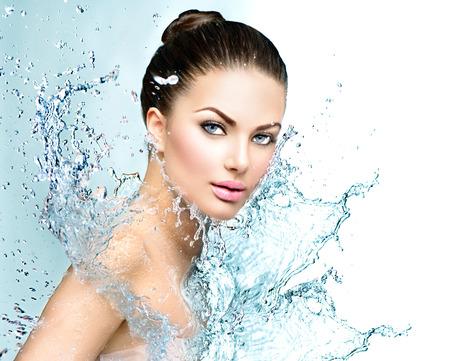 Belle spa modèle femme avec les projections d'eau