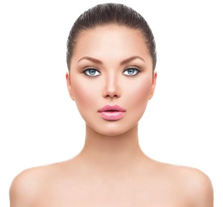 morena: Bella joven modelo de spa con piel perfecta fresca y limpia