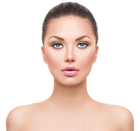 femme brune: Belle fille de mod�le de spa avec la peau propre et fra�che parfaite