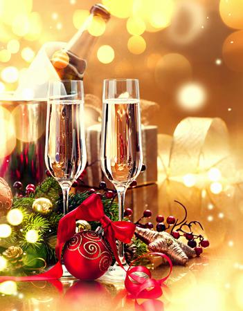 Kerstmis tabel met champagne. Nieuwjaar en kerstviering