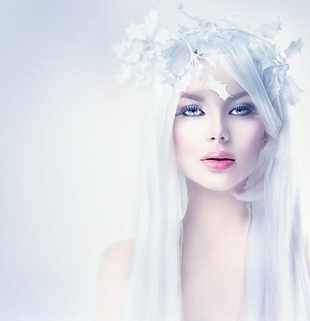 moda: Retrato de la belleza Mujer del invierno con el pelo largo y blanco Foto de archivo