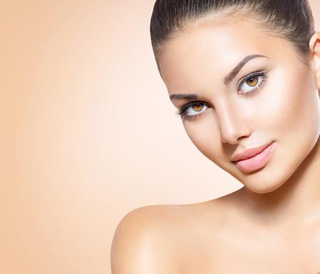 Belle fille brune jeune modèle de spa avec une peau parfaite Banque d'images