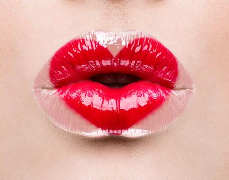 hacer el amor: beso de San Valentín corazón en los labios. Maquillaje