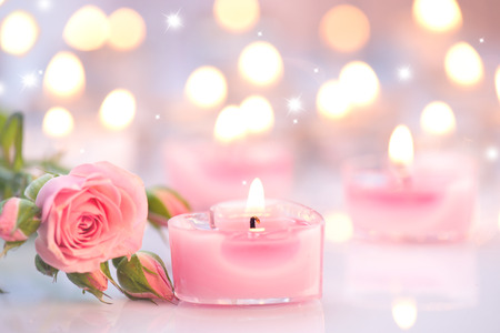 tabulka: Valentýn. Růžová ve tvaru srdce svíčky a růžové květy