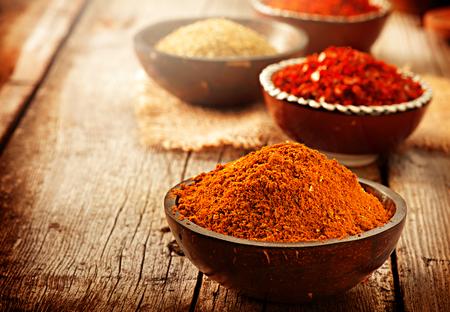 curry: Condimentar. Varias especias sobre fondo de madera