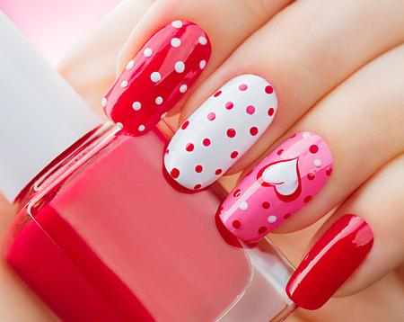 manicura: estilo de vacaciones Día de San Valentín manicura brillante con corazones pintados y los lunares