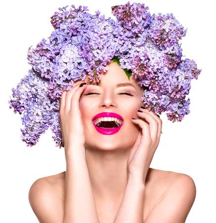 Chica de modelo de moda de belleza con peinado de flores lilas Foto de archivo