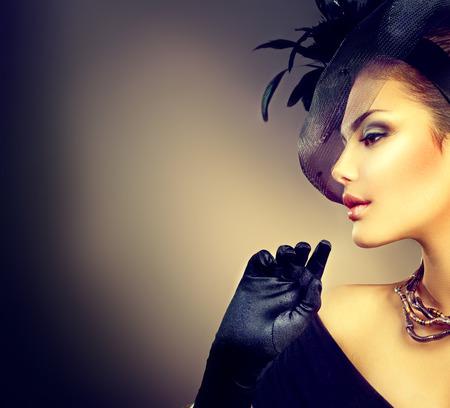 profil: Retro portret kobiety. Styl vintage dziewczyna ubrana czapkę i rękawiczki