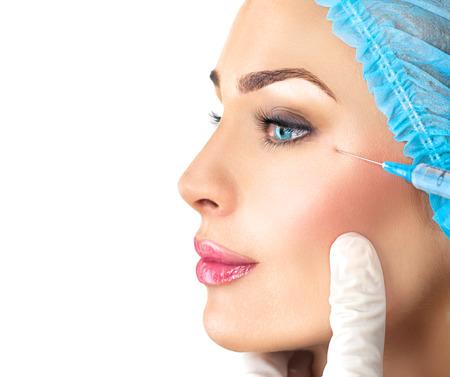 Femme de beauté obtient injections faciales. Cosmétologie