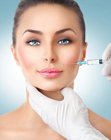 mujer bonita: Mujer de la belleza se pone las inyecciones faciales Foto de archivo