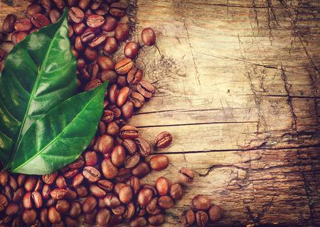 grano de cafe: Los granos de café sobre fondo de madera Foto de archivo