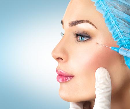 아름다움 여자는 얼굴 주사를 가져옵니다. 미용술
