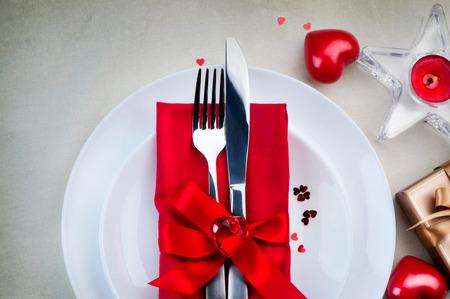 Jour dîner romantique le réglage de la table de la Saint-Valentin Banque d'images - 51140718
