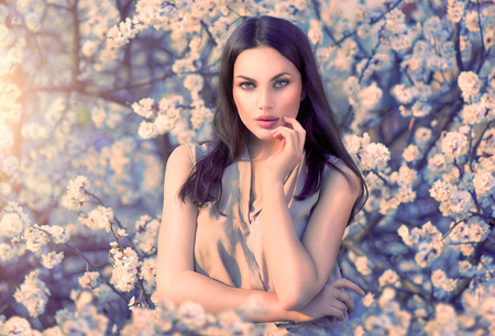 femme romantique: Beauté romantique portrait de femme dans les arbres en fleurs