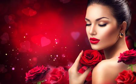 美しさ: 赤いバラの花を持つ美容ロマンチックな女性。バレンタインの日