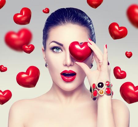 Mode Frau mit roten Herzen. Valentinstag Kunstporträt Lizenzfreie Bilder