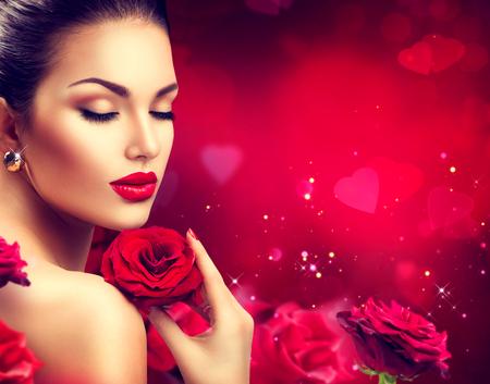 美女: 美浪漫的女人與紅玫瑰的花。情人節 版權商用圖片