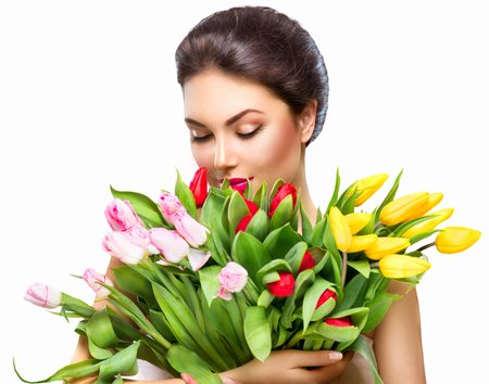 niñas sonriendo: Mujer de la belleza con el ramo de flores de primavera Foto de archivo
