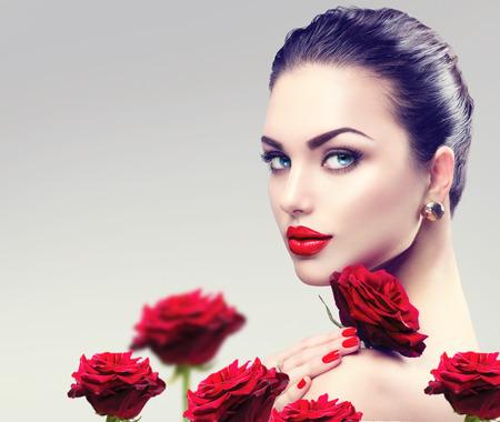 belle brune: mode de beauté pour le visage femme modèle. Portrait de rouge fleurs rose