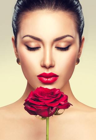 mujer con rosas: Retrato de la belleza de la flor con rosa roja