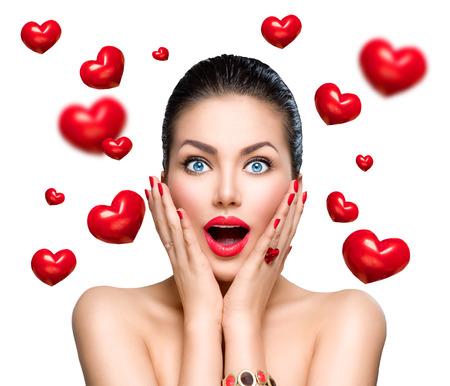 sorprendido: La belleza sorprendió a la moda mujer con corazones rojos que vuelan Foto de archivo