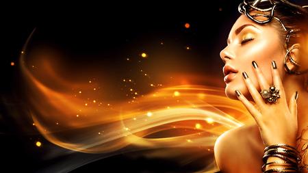 Brûler femme profil de la tête. mannequin de beauté fille avec le maquillage d'or Banque d'images