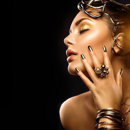 niña: moda mujer de belleza con maquillaje de oro, accesorios y uñas